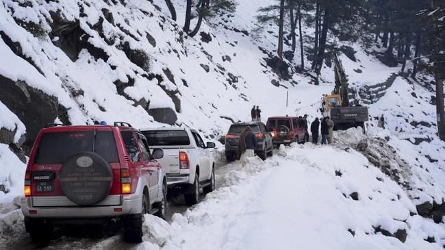 Prakiraan cuaca memperkirakan cuaca buruk masih akan terjadi dalam beberapa hari ke depan. (AP Photo/M.D. Mughal)