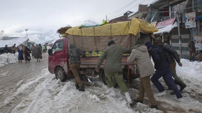 Daerah lain yang juga terimbas cuaca dingin terparah yakniselatan Kandahar, Helmand, Zabul dan provinsi Herat barat, Afghanistan.(AP Photo/ Dar Yasin)