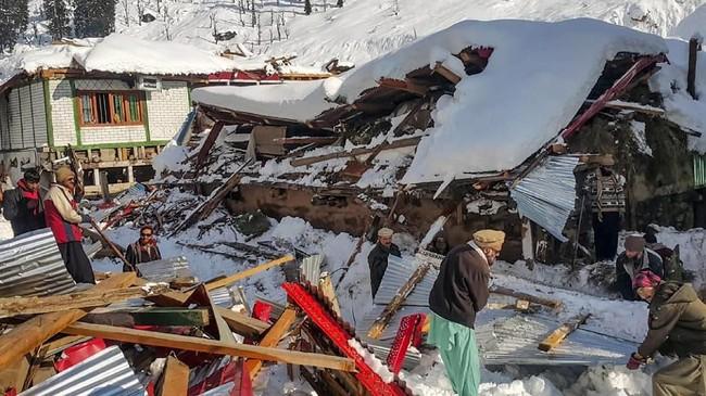 Salju tebal yang menyelimuti lembah Neelum, Kashmir sempat memicu longsoran dan menewaskan 19 orang. (Photo by STR / AFP)