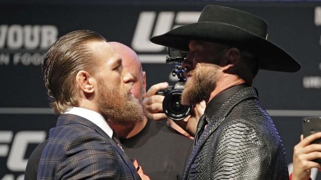 Conor McGregor bertatap muka dengan Donald Cerrone. Ini adalah kali ketiga McGregor tampil di kelas welter setelah dua kali melawan Nate Diaz. (AP Photo/John Locher)