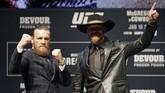 Conor McGregor dan Donald Cerrone berpose di depan awak media. Pertarungan McGregor vs Cerrone di UFC 246 akan berlangsung pada Minggu (19/1) siang WIB. (AP Photo/John Locher)