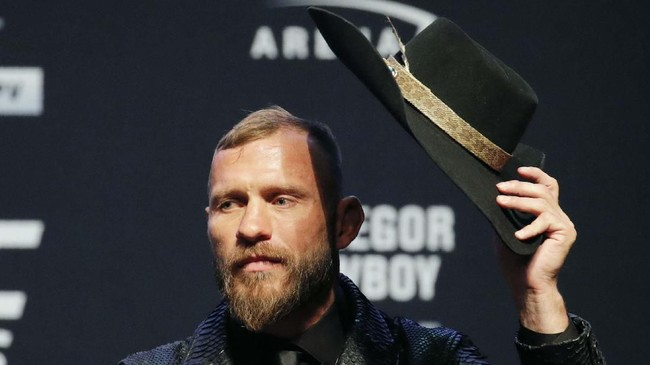 Donald Cerrone mengangkat topi untuk Conor McGregor sebagai tanda hormat dalam konferensi pers jelang UFC 246. (AP Photo/John Locher)