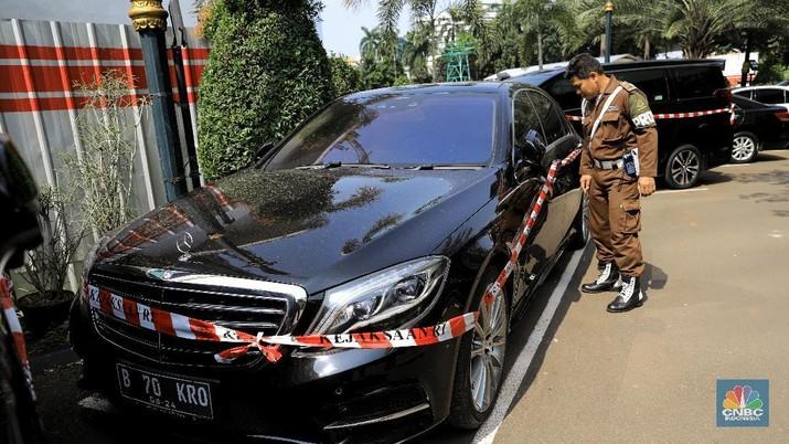 Mobil-mobil mewah yang jadi barang sitaan terpakir di Kejagung.