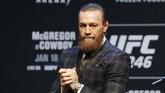 Conor McGregor disambut meriah pendukung ketika tiba di T-Mobile Arena, Las Vegas, Rabu (15/1) malam waktu setempat untuk menjalani konferensi pers jelang melawan Donald Cerrone di UFC 246. (AP Photo/John Locher)