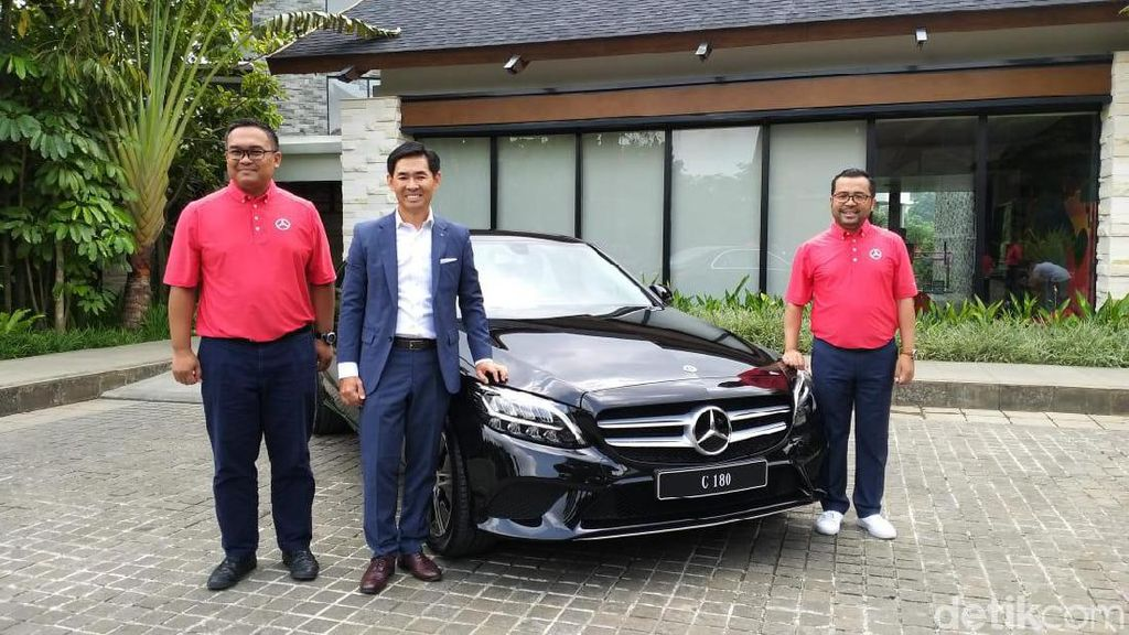 Mercedes-Benz Luncurkan C180 dan MPV Bongsor Vito