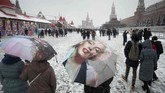 Selimut putih salju menutupi jalanan di di Red Square, Moskow, Rusia. Temperatur mencapai sekitar 0 derajat Celcius pada Januari di negara ini. (AP/Pavel Golovkin)