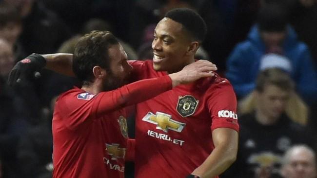 Gol Juan Mata tercipta berkat assist dari Anthony Martial. Penyerang asal Prancis itu total mengemas delapan assist di Piala FA. (AP Photo/Rui Vieira)