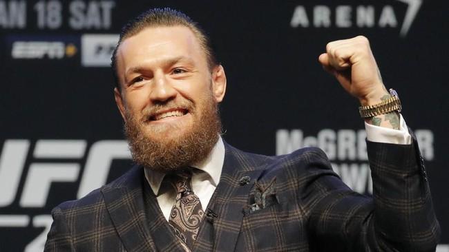 Conor McGregor memberikan respons terhadap sorakan pendukung. McGregor untuk kali pertama naik octagon sejak dikalahkan Khabib Nurmagomedov pada Oktober 2018. (AP Photo/John Locher)