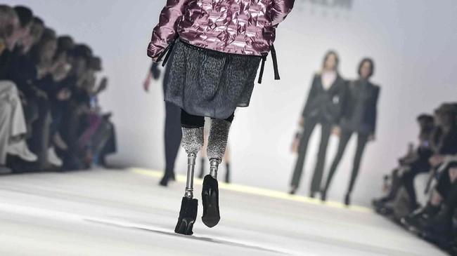 Model, pegiat olahraga dan anggota parlemen asal Italia, Giusy Versace, berjalan di atas catwalk memamerkan koleksi terbaru label fesyen Sportalm Kitzbühel di Mercedes-Benz Fashion Week di Berlin, Jerman. (Jens Kalaene//dpa via AP)