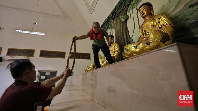 Warga terlihat mencuci patung dewa di Vihara Amurva Bhumi (Hok Tek Tjeng Sin). (CNN Indonesia/Adhi Wicaksono)