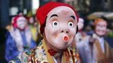 Seniman memakai topeng badut tradisional Jepang di Festival Konpira di Kuil Kotohiragu, Tokyo. Kuil ini didedikasikan kepada para pelaut dan pelayar. (AP/Eugene Hoshiko)