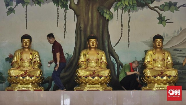 Sejumlah klenteng melakukan ritual pencucian patung dewa menjelang Tahun Baru Imlek 2571 pada 25 Januari 2020. (CNN Indonesia/Adhi Wicaksono)