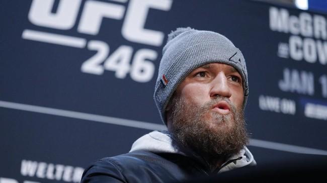 Conor McGregor menunjukkan perilaku yang berbeda jelang melawan Donald Cerrone. Tidak ada trash talk yang dikeluarkan mantan juara dunia kelas ringan UFC itu. (AP Photo/John Locher)