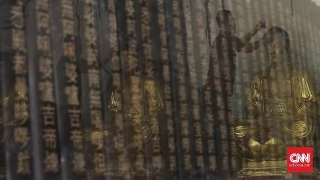 Pembersihan patung dan tempat ibadah menjadi tradisi yang tak bisa lepas dari Imlek. (CNN Indonesia/Adhi Wicaksono)