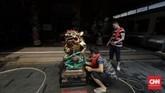 Warga mencuci patung dewa di Vihara Amurva Bhumi (Hok Tek Tjeng Sin) di Jakarta. (CNN Indonesia/Adhi Wicaksono)