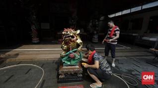 FOTO: Memandikan Patung Dewa untuk Sambut Imlek