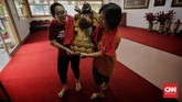 Dengan hati-hati, patung dewa-dewi itu diangkat untuk dibersihkan. (CNN Indonesia/Adhi Wicaksono)