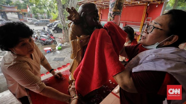 Tradisi membersihkan patung dianggap memiliki makna sebagai refleksi terhadap manusia secara pribadi, agar juga membersihkan diri, terutama hati, pikiran dan nurani. (CNN Indonesia/Adhi Wicaksono)