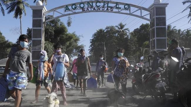 Rumah dan jalan-jalan desa mulai sepi, hewan ternak juga terbengkalai tak terurus. (AP Photo/Aaron Favila)