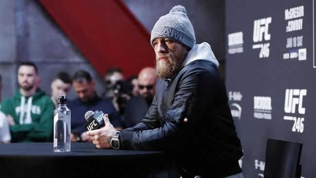 Conor McGregor yakin bisa mengalahkan Donald Cerrone dengan kemenangan KO. McGregor berambisi meraih gelar di kelas welter. (AP Photo/John Locher)