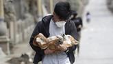 Petugas keamanan menjaga daerah pemukiman untuk menghalau warga yang nekat kembali ke rumah mereka.(AP Photo/Aaron Favila)