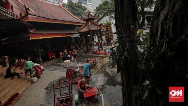 Warga mencuci patung dewa di Vihara Amurva Bhumi (Hok Tek Tjeng Sin) di Jakarta, Jumat (17/1). (CNN Indonesia/Adhi Wicaksono)