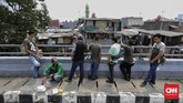 Selagi pesanan diracik, para pekerja pria mengistirahatkan tubuh yang lelah. Sedangkan pekerja wanita, sekadar berbincang dengan rekannya. (CNN Indonesia/ Adhi Wicaksono).