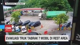 VIDEO: Truk Kontainer Terguling Tabrak 7 Mobil di Rest Area