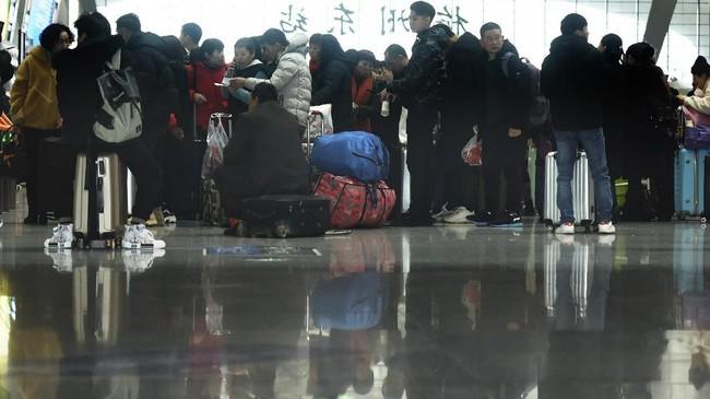 Imlek menjadi momen bagi pertemuan keluarga sekali dalam setahun bagimereka yang bekerja di luar kota.(Chinatopix via AP)