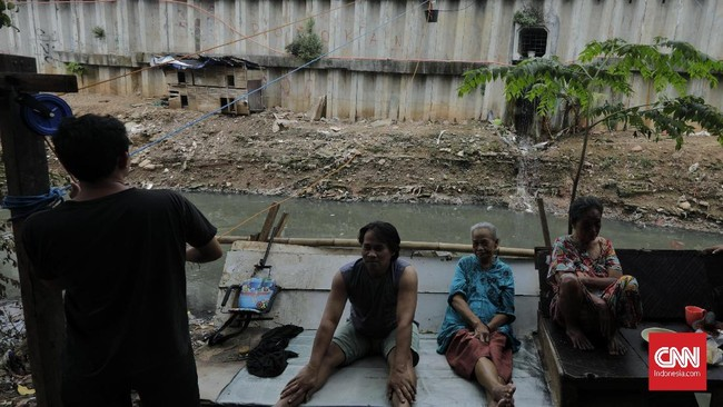 Enam warung eretan yang dikelola warga Kebalen ini sudah ada sejak 3 tahun lalu. Sebelumnya merupakan warung biasa yang ramai dikunjungi pembeli karena adanya jembatan penghubung Kali Mampang. Menggunakan tali tambang dan ember untuk mengantarkan makanan. (CNN Indonesia/ Adhi Wicaksono).