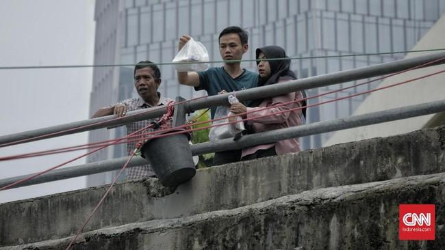 Pembelinya kebanyakan pelanggan lama yang bekerja di hotel dan gedung perkantoran sekitar, atau orang yang kebetulan berkunjung ke hotel dan gedung perkantoran. (CNN Indonesia/ Adhi Wicaksono).