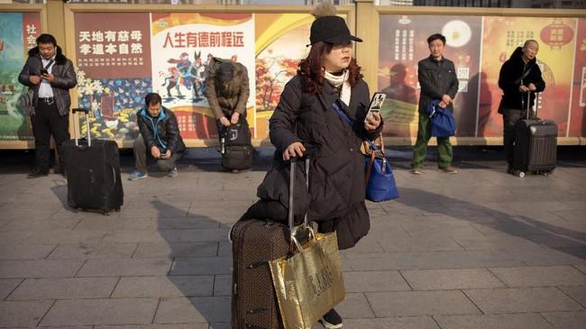 Para pemudik memadati stasiun kereta api dan bandara untuk pulang ke kampung halaman mereka masing-masing. (AP Photo/Mark Schiefelbein)