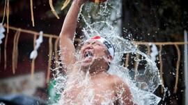 FOTO: Murnikan Diri di Tahun Baru, Warga Jepang Mandi Air Es