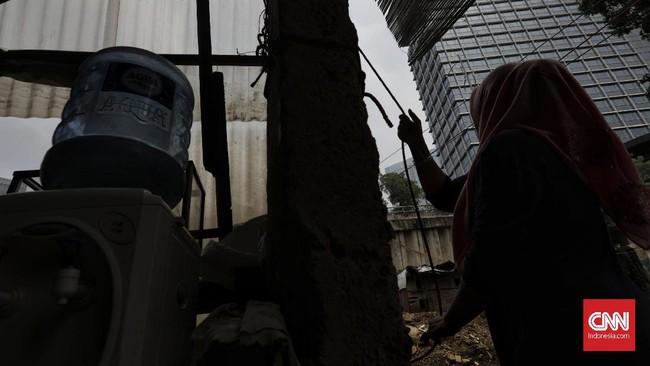 Bukan tanpa resiko berjualan seperti ini, suatu hari ember eretan pernah terjatuh kesungai bersama nasi bungkus dan uang kembalian para pembeli. (CNN Indonesia/ Adhi Wicaksono).