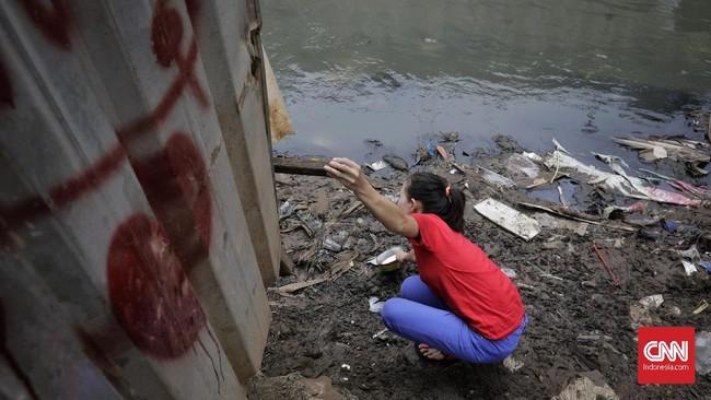 Kini para pedagang menggunakan tali tambang itu terbentang dari jembatan menuju warungnya di Kampung Kebalen, Jalan Poncol, Mampang Prapatan, Jakarta Selatan. (CNN Indonesia/ Adhi Wicaksono).