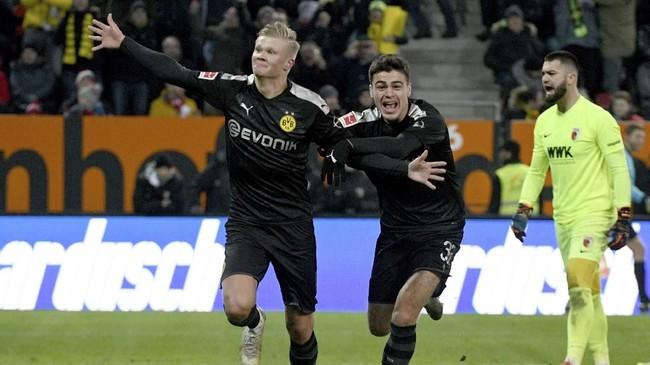 Erling Haaland kemudian melengkapi hattrick di laga debut bersama Borussia Dortmund pada menit ke-79 setelah menerima umpan terobosan Marco Reus. (Stefan Puchner/dpa via AP)