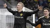 Erling Haaland merayakan gol ketiganya bersama Dortmund saat melawan Augsburg. Dortmund mengakhiri laga WWK Arena dengan kemenangan 5-3. (Tom Weller/dpa via AP)