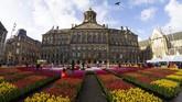 Hari Tulip Nasional pada tahun ini digelar di Dam Square yang berada di seberang Royal Palace, Amsterdam, Belanda. (AP Photo/Peter Dejong)