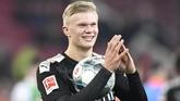 Erling Haaland yang dibeli Dortmund dari RB Salzburg merayakan hattrick dengan membawa bola pertandingan usai melawan Augsburg.(THOMAS KIENZLE / AFP)