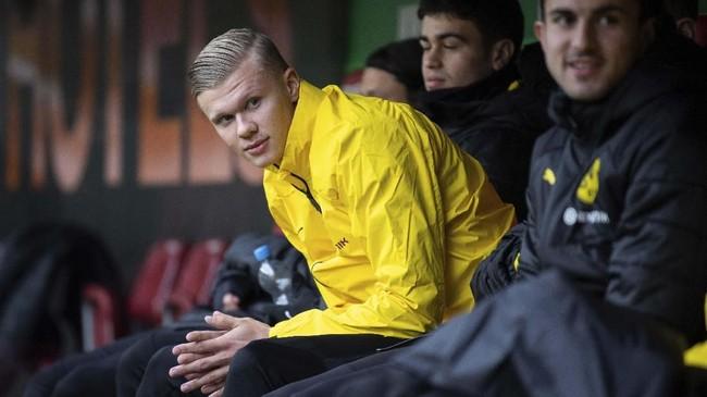 Erling Haaland memulai laga melawan Augsburg di WWK Arena, Sabtu (18/1). sebagai cadangan Borussia Dortmund. (Tom Weller/dpa via AP)