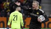 Pelatih Dortmund Lucien Favre baru memasukkan Erling Haaland pada menit ke-56 dan menarik keluar Lukasz Piszczek saat Dortmund tertinggal 1-3. Haaland hanya butuh tiga menit untuk mencetak gol pertamanya. (Stefan Puchner/dpa via AP)