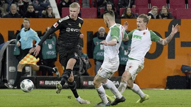 Erling Haaland kemudian mencetak gol keduanya pada menit ke-70 lewat umpan Thorgan Hazard. Gol Haaland sempat dianulir wasit sebelum dipulihkan VAR. (Stefan Puchner/dpa via AP)