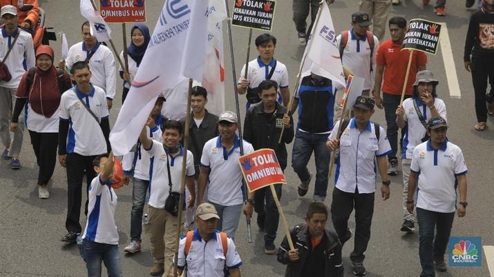 Omnibus Law diharapkan dapat tarik minat investor untuk masuk ke indonesia. Namun pemerintah hadapi tantangan yang tak mudah.