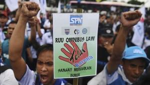 FOTO: Demo Buruh di Gedung DPR Tolak RUU Omnibus Law