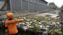 Sampah Menumpuk, BPBD Jatim Bersihkan Sungai Buntung Sidoarjo