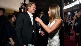 Brad Pitt Genggam Tangan Jennifer Aniston di SAG Awards 2020