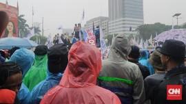 Hujan Deras, Buruh Demo Omnibus Law di DPR Tetap Bertahan