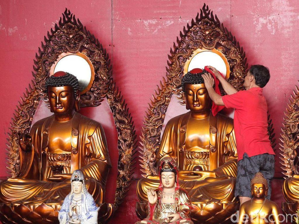 Sambut Imlek Patung-patung di Wihara Dharma Bakti Dibersihkan