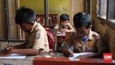 Pembatas antar ruang kelas yang menggunakan triplek pun sudah rusak. (CNNIndonesia/Safir Makki)