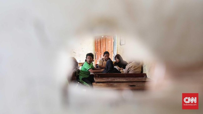 Meskipun bangunan sekolah itu tidak layak digunakan proses belajar dan mengajar, para murid tetap semangat mengikuti proses belajar. (CNNIndonesia/Safir Makki)